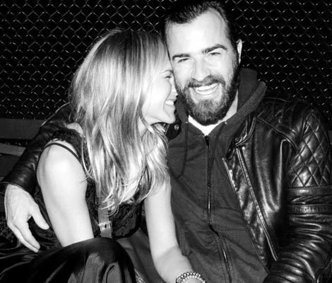 Photo: Jen Aniston & Justin Theroux Get Cuddly!