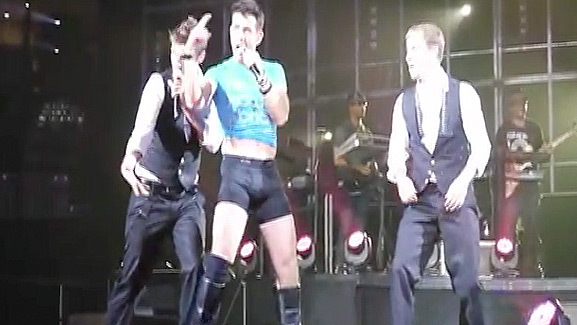 Joey McIntyre Strips Down During NKOTBSB Concert