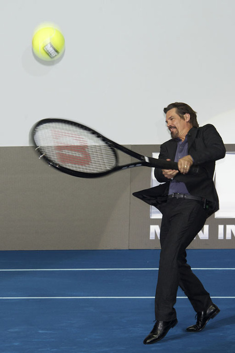 Will Smith and Josh Brolin play tennis at a Men in Black 3 premiere
