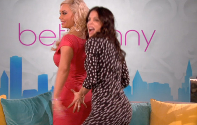 Bethenny Frankel Gropes Coco Austin's Famous Behind!