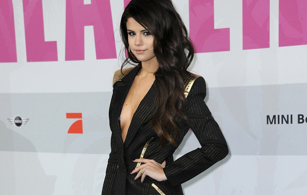 "Selena Gomez Flaunts Cleavage at ""Spring Breakers"" Premiere"