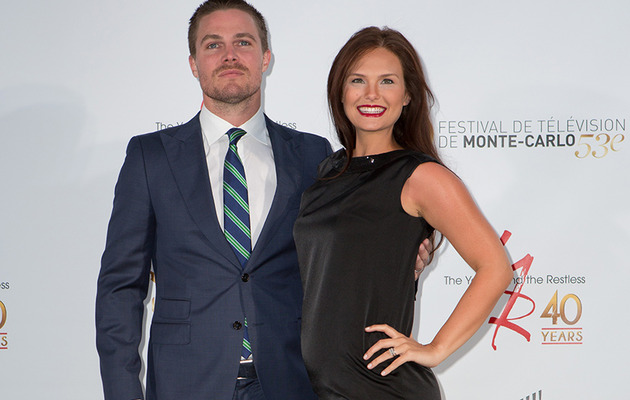 """Arrow"" Hunk Stephen Amell, Wife Cassandra Expecting!"