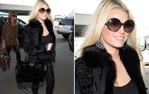 Jessica Simpson Shows Off Slim Figure at LAX!
