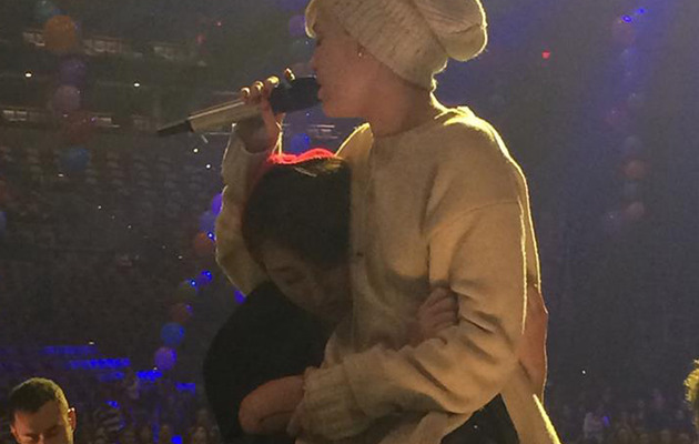 Video: Miley Cyrus Breaks Down Over Dog's Death During Performance