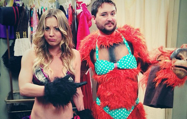 "Kaley Cuoco Flaunts Hot Bikini Bod on ""Big Bang Theory"""