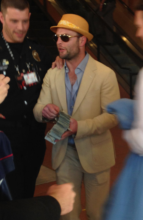 <strong>Wes Welker</strong><span> channeled his inner Lloyd Christmas at Churchill Downs -- passing out $100 bills to strangers after winning THOUSANDS of dollars on the Kentucky Derby.</span>