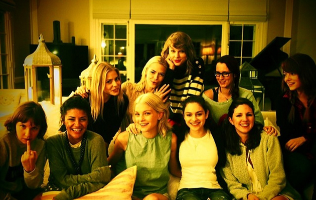 Taylor Swift Spends 4th of July With Lena Dunham, Emma Stone & More Celebs!