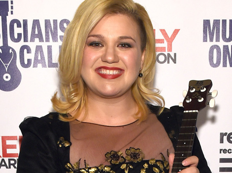 Kelly Clarkson Shows Off Post-Baby Bod & New 'Do on First Red Carpet Since Giving…
