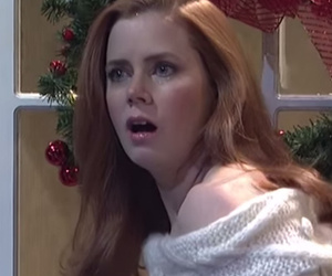 "Amy Adams Loses It During ""Love Actually"" Spoof on ""SNL"""
