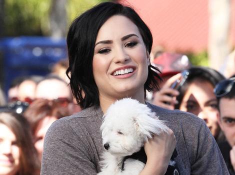 "Demi Lovato Explains Her Thigh-Gap Post, Talks Body Image On ""Extra"""