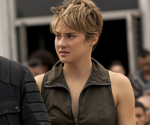 """Insurgent"" Stars Talk Shailene Woodley's ""Badass"" Stunt & Jai Courtney's…"
