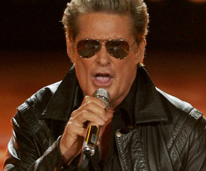 "David Hasselhoff Performs Medley of 80's Hits On ""American Idol"""