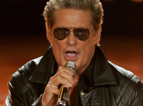 """David Hasselhoff Performs Medley of 80's Hits On """"American Idol"""""""