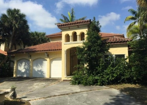 <p>3 bedrooms<br />2 bathrooms <br />5,820 sq. ft<br />3-car garage</p>