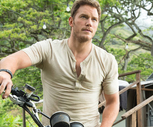 "Chris Pratt Goes Head to Head With Bryce Dallas Howard in New ""Jurassic World""…"
