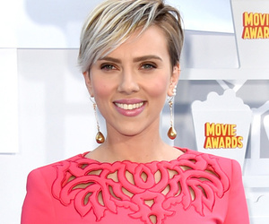 Scarlett Johansson Looks Hot In Hot Pink for the 2015 MTV Movie Awards
