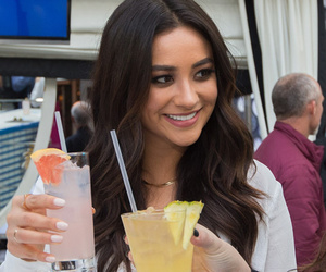 """Shay Mitchell from """"Pretty Little Liars"""" Reveals Style Must-Haves & Secret…"""