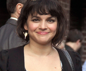 """Norah Jones Returns to Letterman to Sing """"Don't Know Why"""" 13 Years After Her…"""