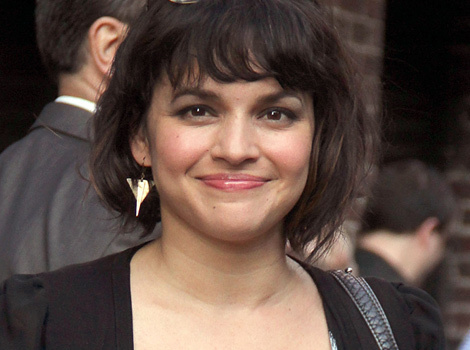 "Norah Jones Returns to Letterman to Sing ""Don't Know Why"" 13 Years After Her…"