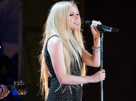 Avril Lavigne Performs for First Time In Over a Year Following Lyme Disease…