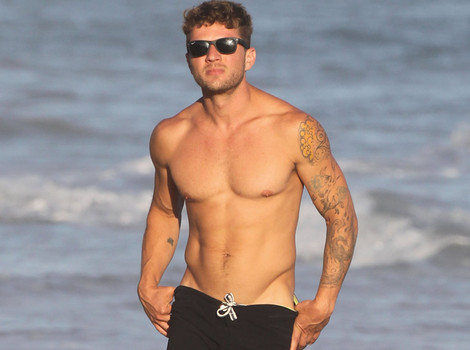 Ryan Phillippe Shows Off Chiseled Chest While Shirtless at the Beach