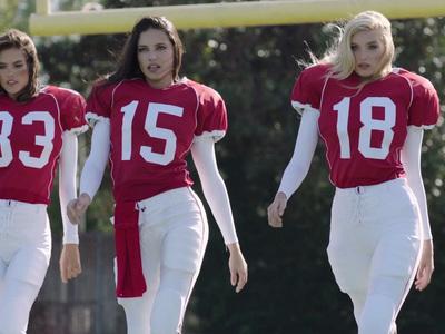 Erin Andrews -- Victoria's Secret Cameo ... Huddle Up Ladies (VIDEO)