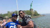 Yasiel Puig -- Finds Mini-Puig at Statue of Liberty (PHOTO)