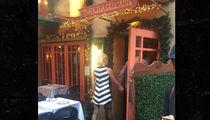 Gwen Stefani & Blake Shelton -- Scene From An Italian Restaurant (PHOTO)