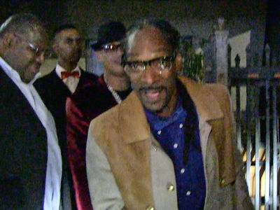 Snoop Dogg -- Zings TMZ Photog ... 'USC Deez Nutz!!!' (VIDEO)