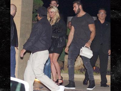 Britney Spears' New Boyfriend Carries Her Purse (PHOTO)