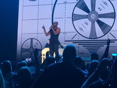 Dave Chappelle Pays Tribute to Charlie Murphy at John Mayer Concert (VIDEO)