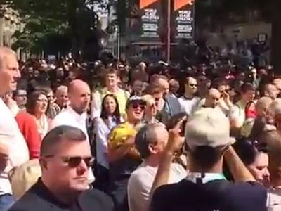 Manchester Memorial Turns into Sing-along of Oasis Hit 'Don't Look Back in Anger' (VIDEO)