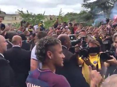 Neymar Swarmed By Fans at Paris Saint-Germain Arrival