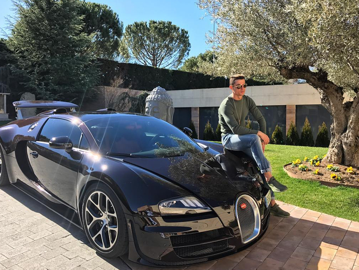 Cristiano Ronaldo berpose dengan Bugatti Veyron (Instagram).