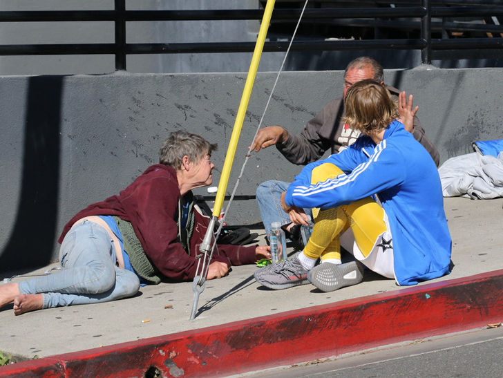 Justin Bieber Sits on the Ground to Chat Up Homeless Couple - Long Room